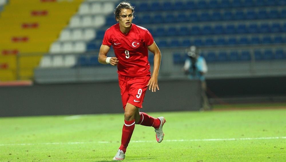 Enes Ünal, Hollanda'da sergilediği performansla Türkiye'nin Finlandiya ile oynayacağı maçın kadrosuna çağrıldı. Ünal, Hollanda Ligi'nde şimdiye kadar 13 gol atma başarısı gösterdi.