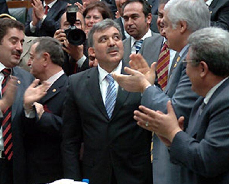 AK Parti cumhurbaşkanı adayı olarak Abdullah Gül ismini açıkladı.