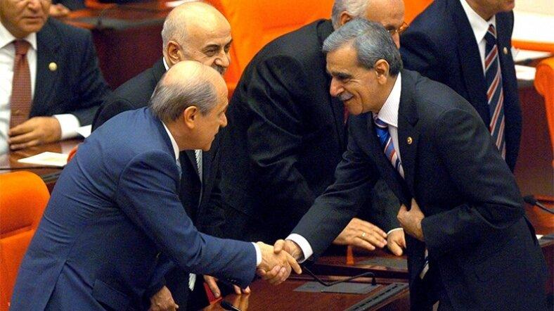 2007 yılı Meclis açılışında Devlet Bahçeli ve Ahmet Türk tokalaştı.