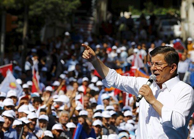 AK Parti, yeni bir anayasa, yeni bir sistem, asgari ücretin artırılması, emeklilere ek ücret gibi vaatlerde bulundu.