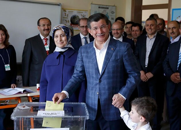 Ahmet Davutoğlu oy kullanırken.
