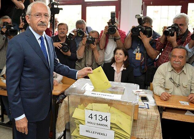 Kemal Kılıçdaroğlu oy kullanırken.