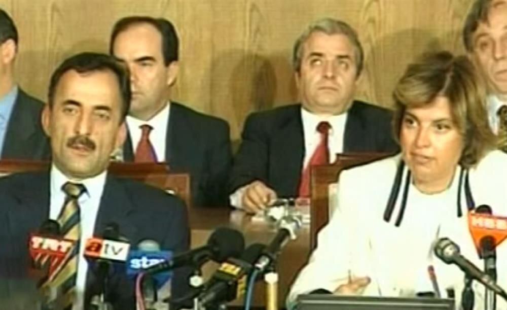 5 Nisan Kararları'nın açıklandığı basın toplantısında hükümet ortağı Murat Karayalçın'ın şaşkınlığı kameralara yansıdı.