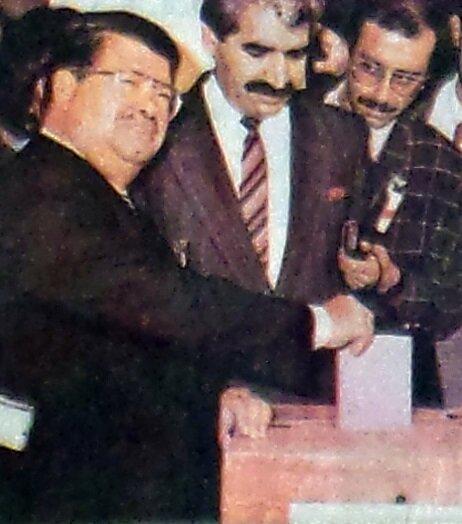 Turgut Özal, referandumda oy kullanırken.