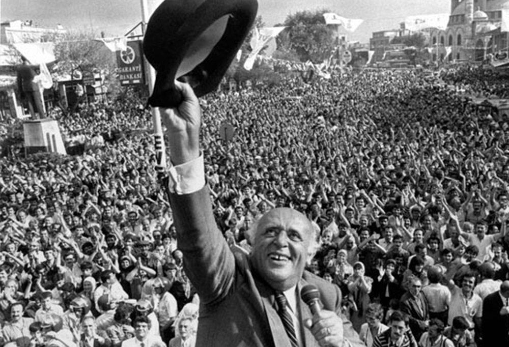 Süleyman Demirel'de referandumla siyasi yasağı kalkan liderler arasındaydı.