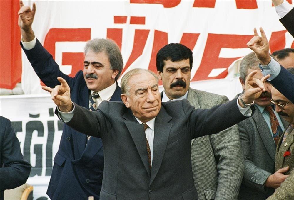 1987'de yapılan referandumla Alparslan Türkeş yeniden siyasete döndü.