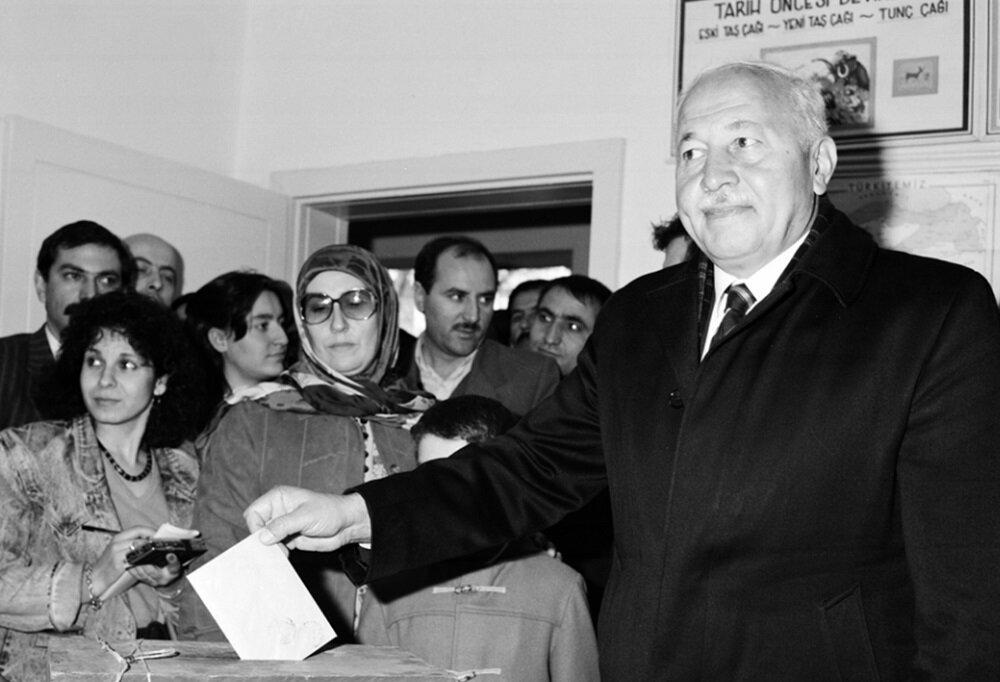 1987 seçimin Erbakan oy kullanırken.