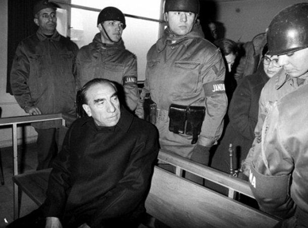 Parti liderleri askeri üstlerde gözetim altında tutuldu, ardından da yargılandı.