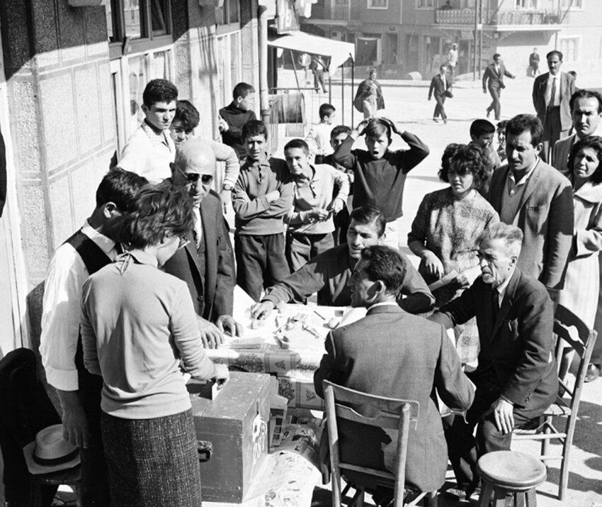 1969 seçiminden sandık başında oy kullanan vatandaşlar. (BYEGM arşivi)