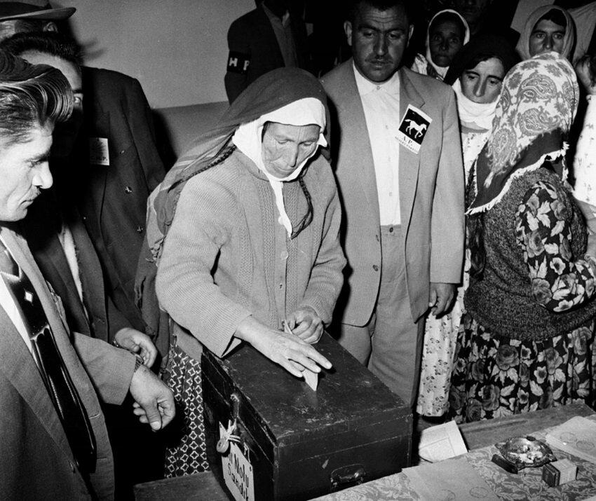 1969 seçiminde vatandaşlar oy kullanırken. (BYEGM arşivi)