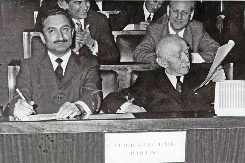 CHP 1965 seçimlerinde ortanın solu sloganını geliştirdi.