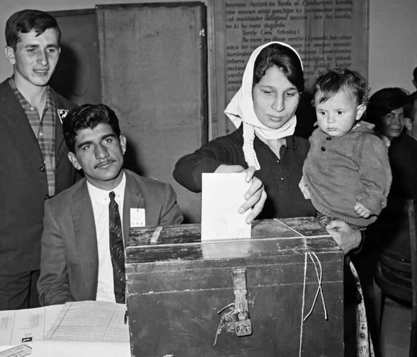 1965 seçimlerinde vatandaşlar oy kullanırken. (BYEGM arşivi)