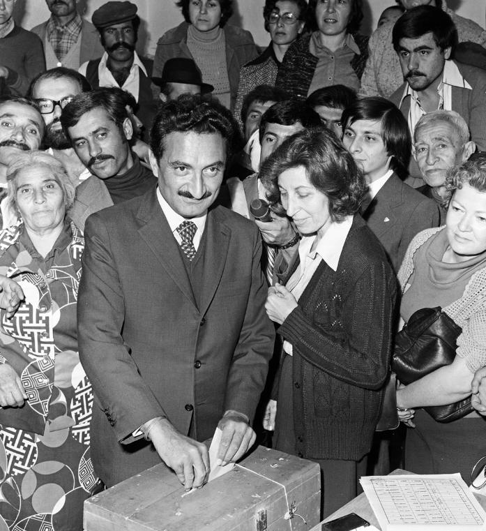 1977 seçimlerinde Bülent Ecevit ve Rahşan Ecevit sandık başında. (BYEGM arşivi)
