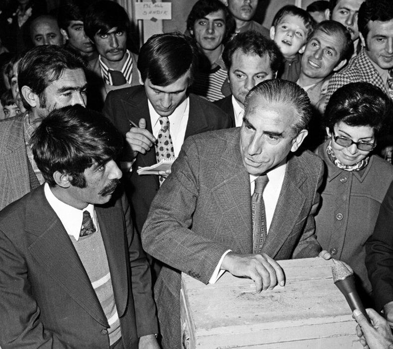 Alparslan Türkeş 1973 seçimlerinde oy kullanırken. (BYEGM arşivi)
