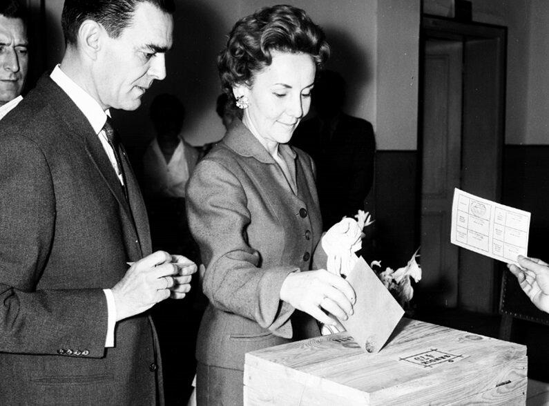 1961 referandumunda vatandaşlar oy kullanıyor. (BYEGM arşivi)