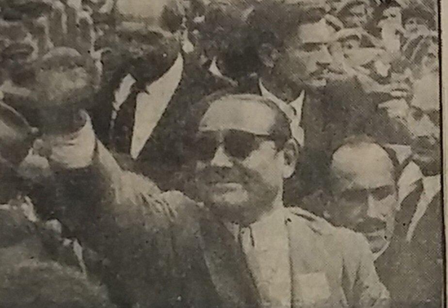 Başbakan Adnan Menderes seçim çalışmaları kapsamında vatandaşları selamlıyor.
