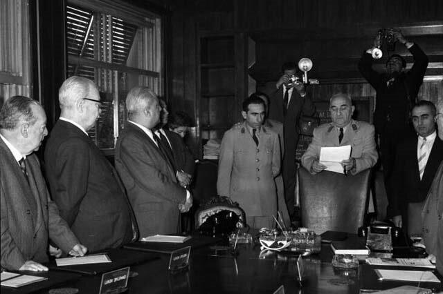Cemal Gürsel, 3 Mayıs 1960'ta gittiği İzmir'den, 27 Mayıs'tan hemen sonra Ankara'ya döndü. Aynı gün yalnız MBK'nın başına getirilmekle kalmadı; devlet başkanı, başkumandan, milli savunma bakanı ve başbakan oldu.