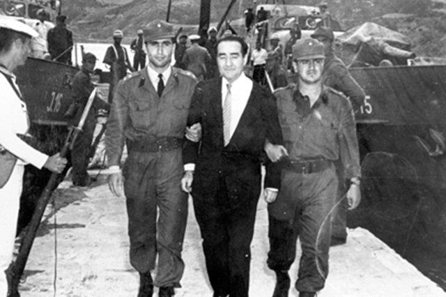Haziran 1960'da Celal Bayar, Adnan Menderes ve diğer 400 DP'li yargılanmak üzere Yassıada'ya getirildi.