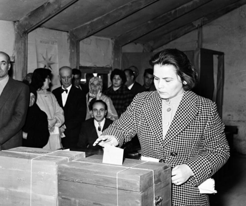 1961 seçimlerinde vatandaşlar oy kullanırken. (BYEGM arşivi)