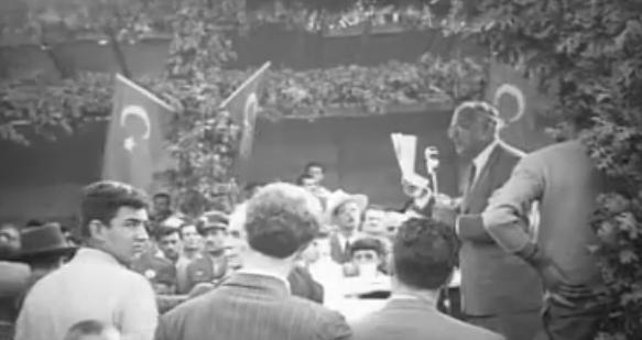 Celal Bayar'da seçim propaganda döneminde DP amblemli bastonu ile meydanlara indi.