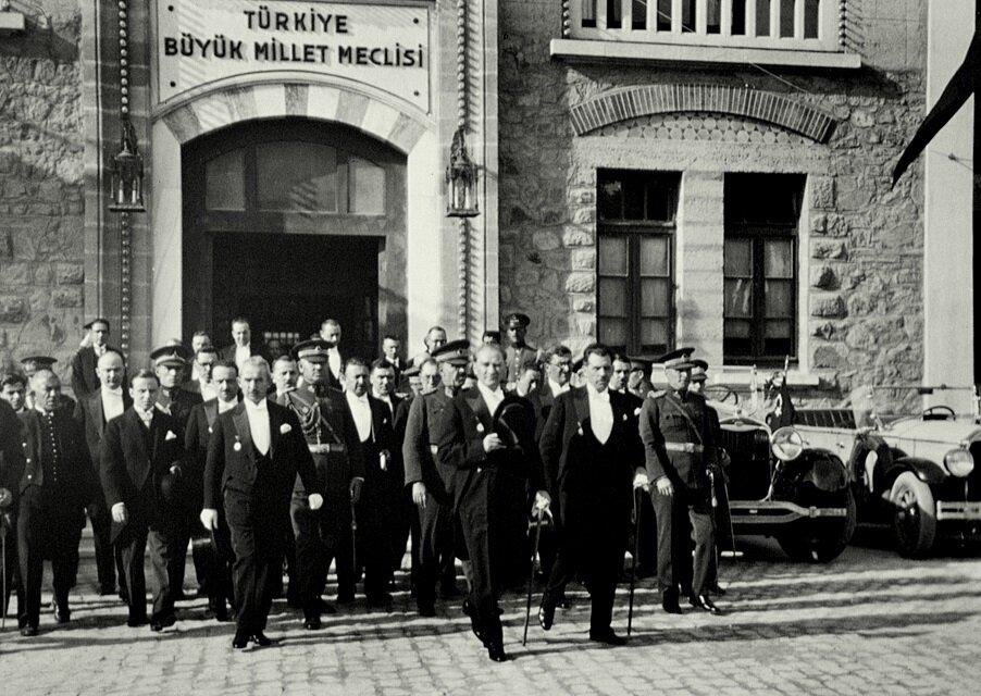 Mustafa Kemal Atatürk TBMM'den ayrılıyor.