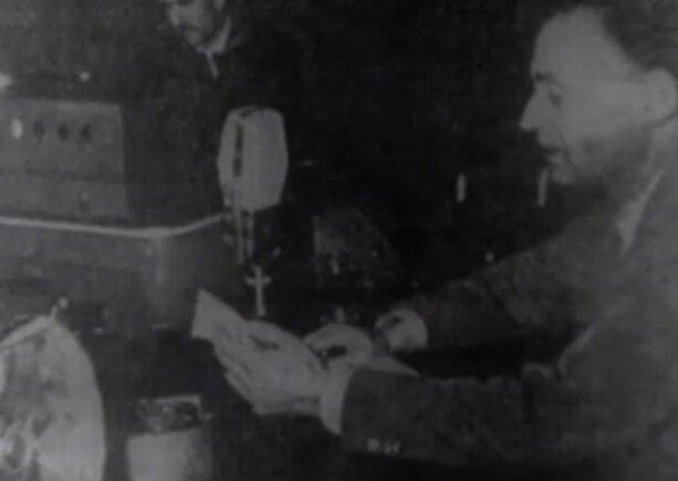 Demokrat Parti adına Enver Atakan radyo konuşması yapıyor.