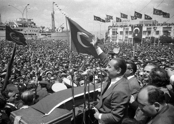 Adanan Menderes, miting alanında vatandaşlara seslenirken. (BYEGM arşivi)