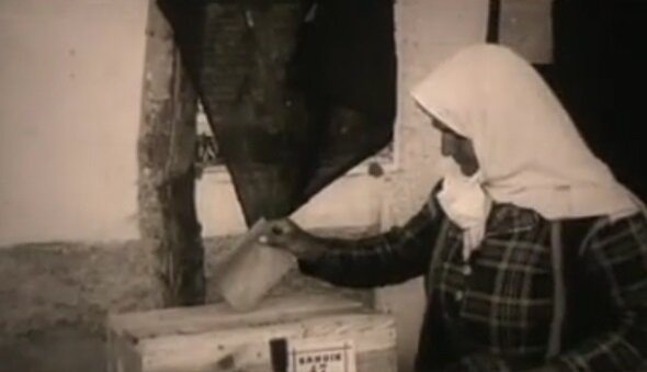 1946 seçimlerinde vatandaşlar oy kullanıyor.