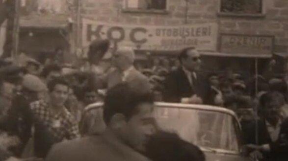 Celal Bayar ve Adnan Menderes seçim çalışmalarında halkı selamlıyor.