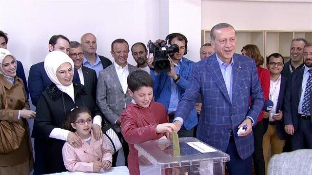 Turkish President Erdogan votes for constitutional referendum