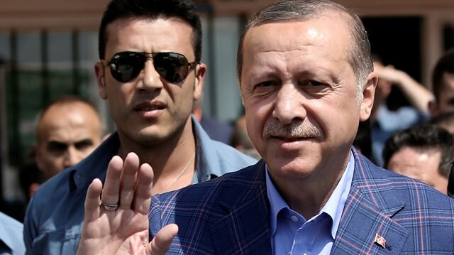 Cumhurbaşkanı Recep Tayyip Erdoğan, oy kullandıktan sonra vatandaşları selamladı.