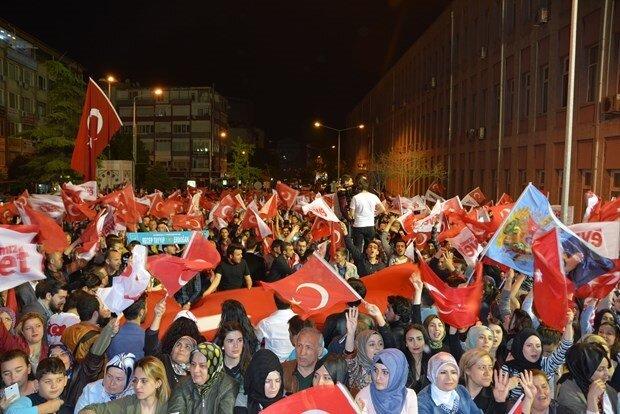 Referandum'dan 'Evet' çıkmasının ardından halk meydanlara döküldü.