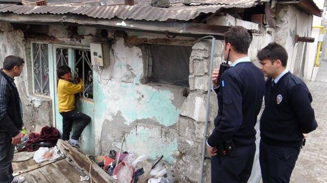 Çöp evinin boşaltılmaması için kendini kapıya zincirledi