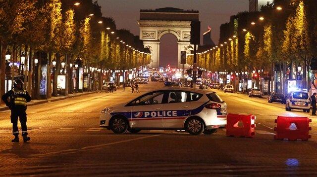 Paris'te Champs Elysees Caddesi'nde polise silahlı saldırı düzenlendi.