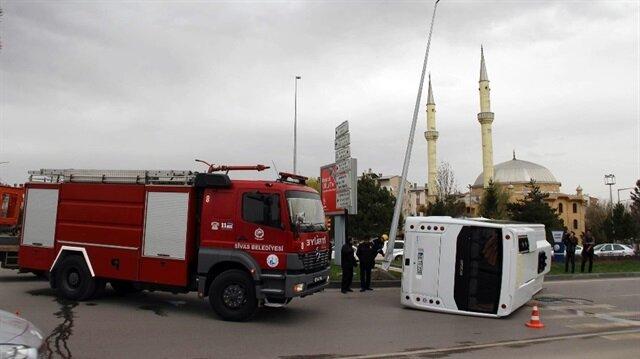 Sivas Haber: Sivas'ta aydınlatma direğine çarpan askeri midibüs devrildi.