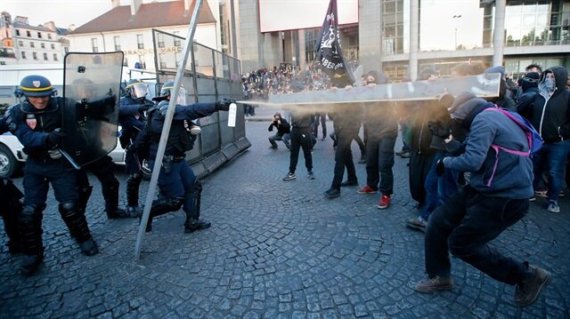 Fransa'da Le Pen ve Macron protestosu