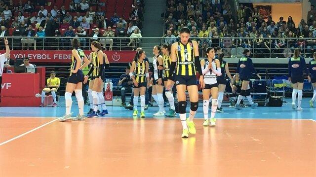 Fenerbahçe ve Galatasaray arasında oynanan kadın voleybol maçı taraftar olayları sebebiyle durdu.