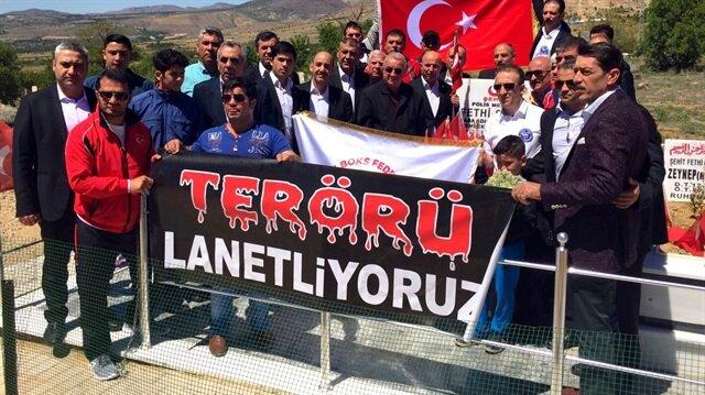 Genç sporcular kahraman şehidimiz Fethi Sekin'in kabir başında 'terörü lanetliyoruz' pankartı açtı.