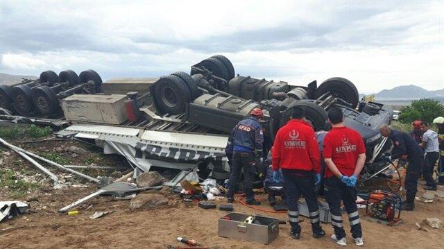 Son dakika Kayseri haber... Kayseri'de 2 tır, 1 kamyon ve 5 otomobilin karıştığı zincirleme trafik kazasında 4'ü İran uyruklu 8 kişi yaralandı.