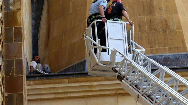 Bacağı kırılan zanlı, yaklaşık 10 metre yükseklikteki kaideden itfaiye ekiplerinin çalışmasıyla kurtarıldı.