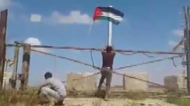 İsrail'in askeri kapısına Filistin bayrağını astılar