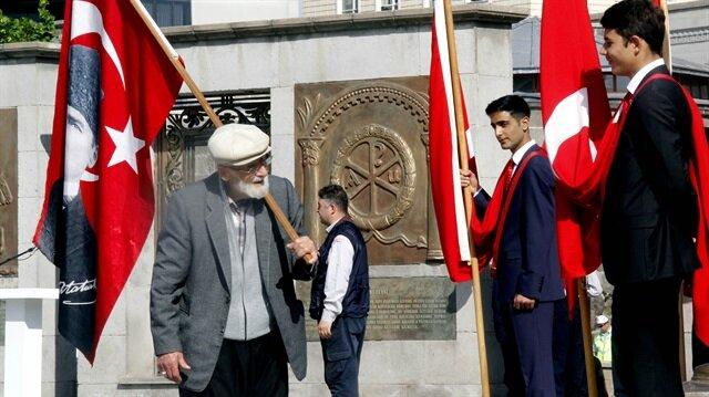19 Mayıs Atatürk'ü Anma, Gençlik ve Spor Bayramı dolayısıyla Kayseri'de Cumhuriyet Meydanı'nda tören düzenlendi. Çelenk sunma töreninde görev alan öğrenciler, büyük bir Türk Bayrağı açtı.