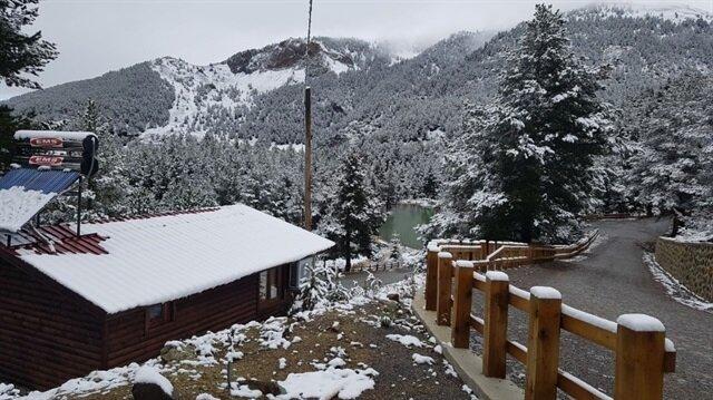 Gümüşhane'de yağan kar, şehrin yüksek kesimlerini beyaza bürüdü.