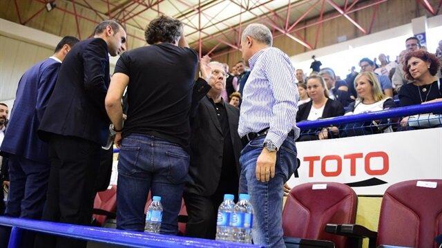 Aziz Yıldırım, kadınlar basketbol final serisinde Yakın Doğu Üniversitesi Kulüp Başkanı Işık Eyigüngör'le gerginlik yaşamıştı.