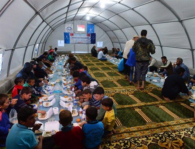 Suriyeliler ilk iftarı çadırlarda açtı