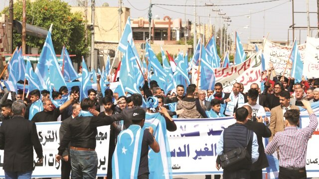 Türkmenler mart ayında Kerkük'teki resmi binalara Kürt bayrağı asılmasını protesto etmişti.