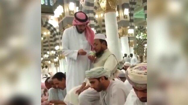 Herkes yemek yerken o engelli adama iftar yaptırdı