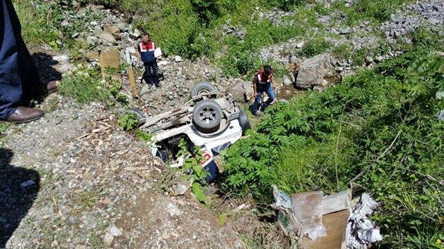 Şarampole yuvarlanan aracın kaza sonrası görüntüsü.