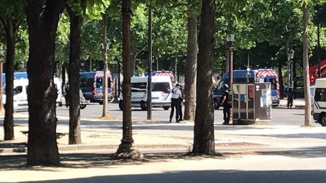 Paris'te caddeler trafiğe kapatıldı.