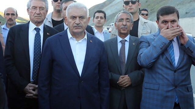 Başbakan Yıldırım, Erzincan-Sivas karayolu Sakaltutan mevkisinde meydan gelen, 5 kişinin hayatını kaybettiği trafik kazasını görünce aracını durdurdu.